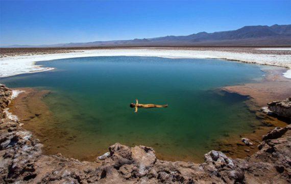 Mulher boiando nas Lagunas Escondidas de Baltinache