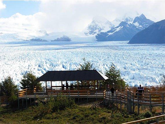 Pessoas observando o Glaciar Perito Moreno das passarelas