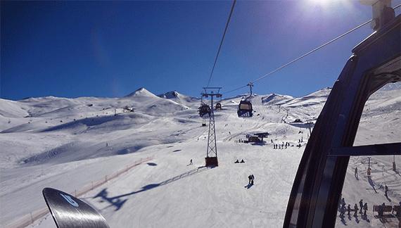 dia ensolarado em estacao de esqui com neve no chile
