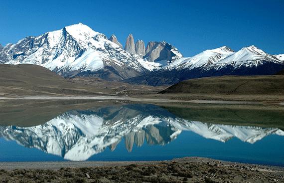 montanhas refletidas em um lago na patagonia argentina