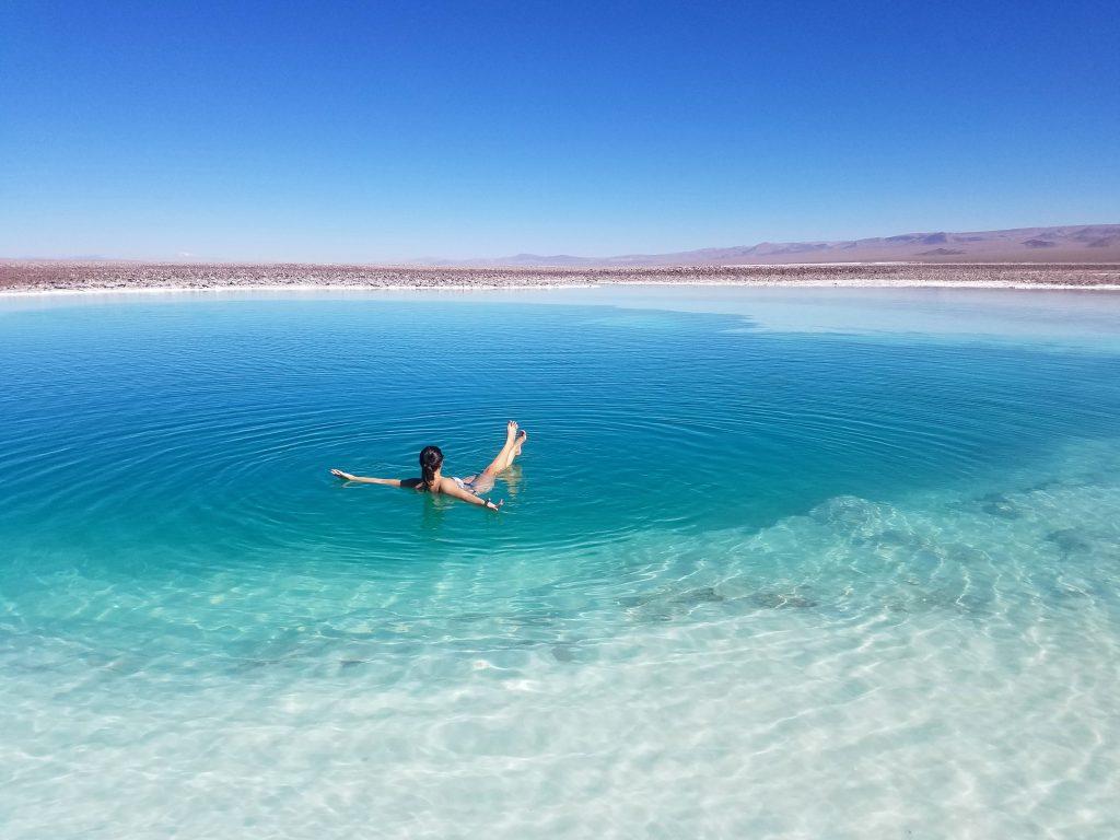 mulher flutuando nas lagoas escondidas de baltinache