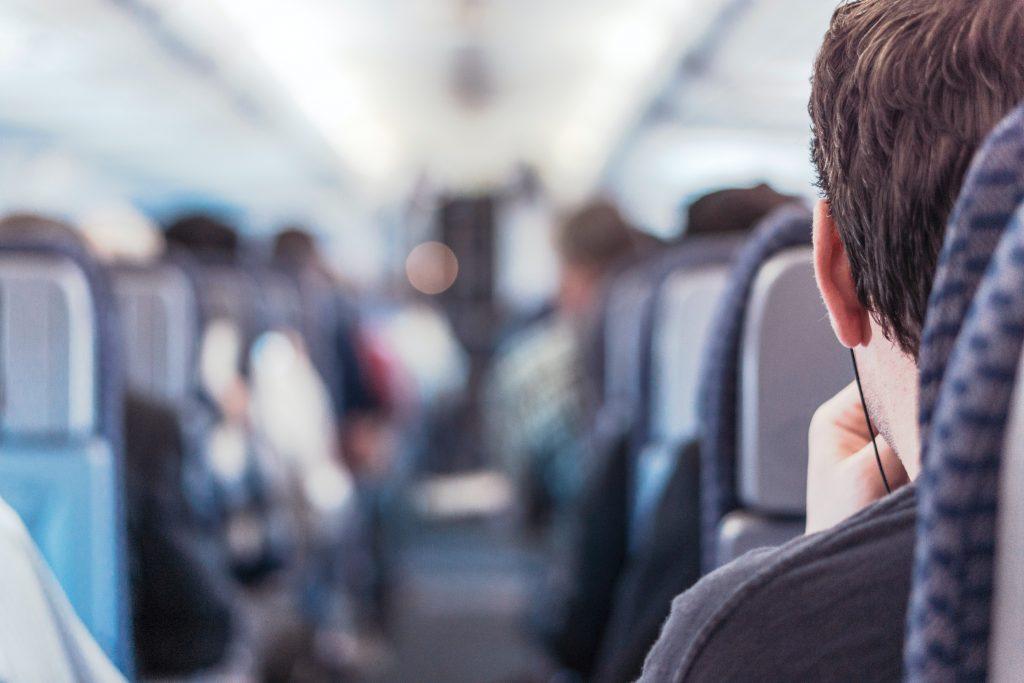 passageiro dentro de um aviao